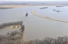 <p>An aerial view shows the rising Red River lapping at Highway 75 just north of Morris, Manitoba, April 14, 2009. REUTERS/Fred Greenslade</p>