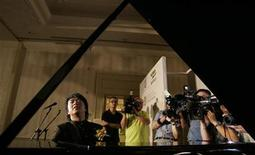 <p>Chinese pianist Lang Lang plays one of the pianos from the 'Lang Lang Piano Series' during a news conference in Hong Kong April 27, 2007. REUTERS/Paul Yeung</p>