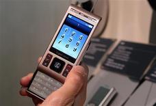 <p>Sony Ericsson Cybershot C905 é exibido em Las Vegas. A companhia Sony Ericsson informou nesta sexta-feira que planeja cortar um em cada cinco empregos neste ano na tentativa de retornar ao lucro. A fraqueza do mercado de celulares fez a empresa registrar um forte prejuízo trimestral, como já era esperado.</p>