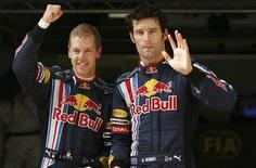 <p>Il pilota della Red Bull Sebastian Vettel (a sinistra) saluta la squadra accanto al compagno di scuderia Mark Webber, sul circuito del Gp di Shanghai, il 18 aprile 2009. REUTERS/Aly Song (CHINA SPORT MOTOR RACING)</p>