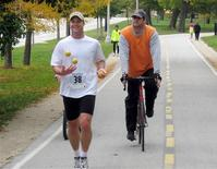 <p>Perry Romanowsky juggles as he jogs at Lakefront 50/50 race in Chicago, Illinois in this October 25, 2007 handout picture. REUTERS/Paul Romanowsk/Handout</p>