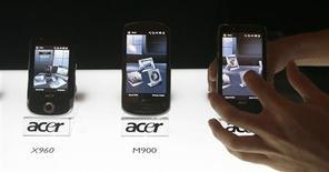 <p>Smartphones lançados pela Acer são exibidos Cingapura. A companhia, terceira maior fabricante mundial de notebooks, planeja vender mais de 1 milhão de smartphones em 2010 e pretende alcançar uma participação de 6 a 7 por cento no mercado em três anos.</p>
