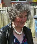 "<p>Cantora Susan Boyle intérprete do progama de calouros ""Britain's Got Talent"" do lado de fora de sua casa na Escócia. 21/04/2009. REUTERS/David Moir</p>"