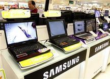 <p>Samsung Electronics, numéro un mondial des mémoires et des écrans LCD, fait état d'un plongeon de 72% de son bénéfice trimestriel, à 619 milliards de wons (349 millions d'euros), contre un 2.190 milliards de wons un an auparavant et 149 milliards de wons attendus par les analystes. Un rebond des marges dans la téléphonie mobile a permis au groupe sud-coréen de faire mieux que prévu sur la période. /Photo prise le 24 avril 2009/REUTERS/Lee Jae-Won</p>