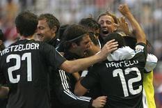 <p>Jogadores do Real Madrid comemoram gol contra o Sevilla durante a primeira divisão em Sevilha. 26/04/2009. REUTERS/Javier Barbancho</p>