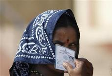 <p>Женщина держит в руках документ, необходимый для голосования, в деревне Дурвеш в 100 километрах от Бомбея 30 апреля 2009 года. В Индии в четверг проходит третий тур всеобщих выборов, в котором примет участие 144 миллиона человек. REUTERS/Arko Datta</p>