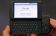 <p>Immagine d'archivio di un telefonino Google T-Mobile G1. REUTERS/Mike Segar (UNITED STATES)</p>