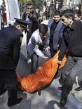 <p>Тело убитого в университете Баку человека несут к карете скорой помощи 30 апреля 2009 года. Семнадцать человек погибли, десять - ранены в результате стрельбы, которую открыл неизвестный в Азербайджанской государственной нефтяной академии в Баку, сообщило Министерство здравоохранения. REUTERS/Trend News Agency/Emin Mamedov</p>