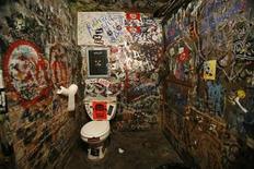 <p>Foto de archivo de uno de los baños del CBGB en Nueva York, 14 oct 2009. CBGB siempre causaba una primera impresión poderosa, aún antes de que lo que debió ser un club de música country en un sector abandonado de Manhattan se convirtiera en una meca del rock mundialmente famosa. REUTERS/Lucas Jackson</p>