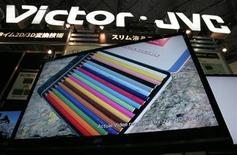 <p>Foto de archivo de una televisión de cristal líquido de JVC en una muestra en Tokio, 16 abr 2008. JVC Kenwood Holdings Inc admitió el viernes que estuvo en negociaciones con bancos estatales por créditos de largo plazo, pero dijo que no tiene planes de emitir acciones, dijo su presidente ejecutivo, Haruo Kawahara, en una entrevista con Reuters. REUTERS/Yuriko Nakao</p>