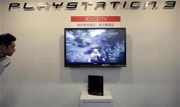 """<p>Foto de archivo de un hombre mirando un monitor de cristal líquido con una presentación de un juego de la consola Playstation 3 de Sony en una muestra realizada en Taiwán ,12 feb 2009. La consola de videojuegos PlayStation 3 de Sony superó a la Wii de Nintendo por segundo mes consecutivo en abril en Japón, gracias al lanzamiento de una versión de """"Final Fantasy XIII"""", dijo el viernes el editor de revistas de juegos Enterbrain. REUTERS/Pichi Chuang (TAIWAN)</p>"""