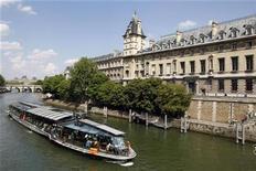 """<p>A """"bateau mouche"""" tourist boat travels near the Paris Justice court, May 1, 2009. REUTERS/Benoit Tessier</p>"""