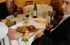 <p>Les Français sont, parmi les habitants des pays industrialisés, ceux qui passent le plus de temps à table et au lit, selon une étude publiée par l'OCDE. La durée moyenne de sommeil approche les neuf heures dans l'Hexagone. L'étude montre aussi que les Français passent plus de deux heures par jour à manger. /Photo d'archives/REUTERS/Régis Duvignau</p>