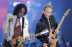 <p>Foto de arquivo dos guitarristas da banda Def Leppard Vivian Campbell e Phil Collenem Las Vegas. 25/05/2006. REUTERS/Steve Marcus</p>