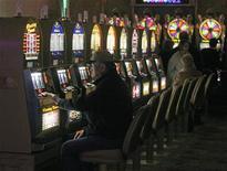 <p>Зал игровых автоматов в казино Borgata в Атлантик-сити, Нью-Джерси 14 марта 2009 года. Девять человек погибли и 11 получили ранения в результате пожара в зале игровых автоматов в Днепропетровске, сказал Рейтер пресс- секретарь Министерства по чрезвычайным ситуациям Игорь Кроль. REUTERS/Tim Shaffer</p>