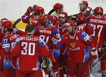 <p>Сборная России празднует победу над командой Белоруссии в 1/4 финала чемпионата мира в Берне 6 мая 2009 года. Сборная России по хоккею в драматичном поединке сумела переиграть команду Белоруссии и вышла в полуфинал чемпионата мира. REUTERS/Michael Buholzer</p>