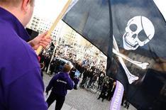 <p>Supporter del sito The Pirate Bay sventolano una bandiera di pirati durante una dimostrazione a Stoccolma. REUTERS/SCANPIX/Fredrik Persson</p>