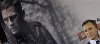 """<p>Daniel Craig posa para foto em frente a pôster de promoção de seu novo filme, """"Um Ato de Liberdade"""", sobre a resistência judaica. REUTERS/Michaela Rehle</p>"""