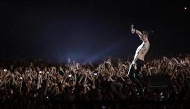 <p>Foto de archivo de Dave Gahan de Depeche Mode durante un concierto de la banda en el estadio Ramat Gan, Israel, 10 mayo 2009. La banda británica Depeche Mode canceló el martes un concierto en Atenas luego de que su vocalista David Gahan se sintiera enfermo y fuera derivado a un hospital de la capital griega, señalaron los organizadores del evento. REUTERS/Gil Cohen Magen</p>