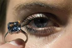<p>Un anillo de diamante azul durante su exihibición en Sotheby's en Ginebra, 12 mayo 2009. Un diamante sin imperfecciones internas de un vivido color azul de 7,03 quilates fue vendido el martes en una subasta a un precio récord de 10,5 millones de francos suizos (9,49 millones de dólares) incluida la comisión del comprador, informó la casa de remates Sotheby's. REUTERS/Denis Balibouse</p>