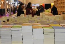<p>In una foto d'archivio, libri esposti a un salone. REUTERS/Philippe Wojazer</p>