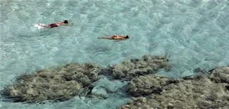 <p>Bagnanti nel mare siciliano. REUTERS/Tony Gentile</p>