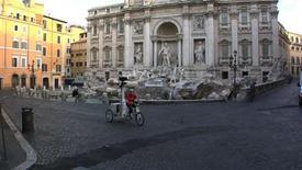 <p>IL triciclo Google a Roma davanti a Fontana di Trevi. REUTERS/Ho</p>