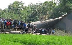 <p>Спасатели разбирают обломки самолета Hercules С-130, разбившегося в индонезийском округе Магетан на острове Ява 20 мая 2009 года.Как минимум 64 человека погибли в Индонезиии в среду в результате крушения военного транспортного самолета в Восточной Яве, сообщил представитель индонезийских ВВС Бамбанг Соэлистио. REUTERS/Stringer</p>