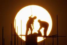<p>Operai edili al lavoro al tramonto a Shanghai. REUTERS/Aly Song (CHINA EMPLOYMENT BUSINESS CONSTRUCTION)</p>