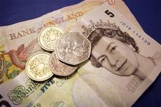 <p>Фотография купюр и монет английской валюты фунт, сделанная 2 сентября 2005 года. Британская полиция задержала двух мужчин по подозрению в инвестиционном мошенничестве на сумму около 50 миллионов фунтов ($80 миллионов). REUTERS/Catherine Benson</p>