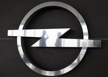 <p>Логотип Opel на заводе компании в Антверпене 17 февраля 2009 года. Премьер-министр немецкой федеральной земли Гессен, где расположены основные объекты Opel, поддержал заявку канадско-австрийской группы Magna на покупку немецкого автопроизводителя. REUTERS/Francois Lenoir</p>