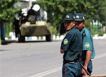 <p>Узбекские милиционеры патрулируют центр Андижана 16 мая 2005 года. На востоке Узбекистана в городе Ханабад в ночь на вторник прогремел взрыв и произошла перестрелка между милицией и неизвестными вооруженными людьми, сообщили Рейтер местные жители по телефону. REUTERS/Shamil Zhumatov</p>