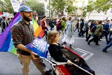 <p>Leo Siecienski and his daughter Abby participate in a protest in support of same sex marriages in San Francisco, California May 26, 2009. REUTERS/Kimberly White</p>