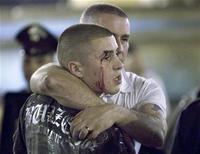 <p>Британские болельщики после драки у бара на площади Кампо де Фьори в Риме 27 мая 2009 года. Британский болельщик получил ножевые ранения, еще четыре британца были задержаны итальянской полицией в день финала Лиги чемпионов, который пройдет в Риме. REUTERS/Remo Casilli</p>