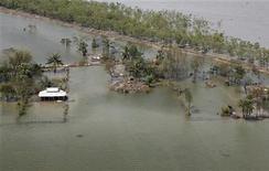 """<p>Фотография затопленной деревни, сделанная с вертолета ВВС Индии в 100 километрах от Калькутты 27 мая 2009 года. Сильнейший циклон """"Аила"""" вынудил миллионы жителей Индии и республики Бангладеш покинуть места проживания, и лишь немногие из них смогут найти продовольствие и питьевую воду, сообщают местные власти. REUTERS/Jayanta Shaw</p>"""