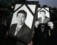 <p>Sudcoreani in lutto mostrano immagine del defunto ex presidente Roh Moo-hyun durante una commemorazione. REUTERS/Jo Yong-Hak (SOUTH KOREA POLITICS OBITUARY)</p>