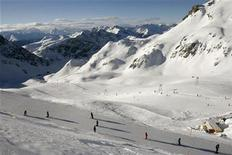 <p>A view of skiers amid a Swiss mountain range in a file photo. REUTERS/Arnd Wiegmann</p>
