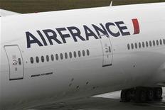 <p>Логотип Air France на брту самолета Boeing 777 300-ER в Эверетте, Вашингтон 10 апреля 2009 года. Самолет французской авиакомпании Air France, возвращавшийся из Бразилии в Париж, исчез с экранов радаров, сообщила представительница парижского аэропорта. REUTERS/Marcus R Donner</p>