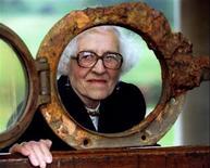 """<p>Millvina Dean, la sobreviviente más joven del hundimiento del Titanic, mira a través de una portilla del transatlántico en Londres, 29 sep 1994. La última sobreviviente del hundimiento en transatlántico """"Titanic"""", Millvina Dean, falleció en un hogar de ancianos en Inglaterra a los 97 años de edad, informó el lunes la Titanic International Society. REUTERS/Simon Kreitem/Archivo (IMAGENES DEL DIA)</p>"""