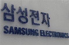 <p>Foto de archivo del logo de Samsung Electronics en la sede central de la compañía en Seúl, 13 mar 2009. Samsung Electronics presentó el lunes el primer modelo de móvil del mundo equipado con una cámara fotográfica de 12 megapíxeles, una resolución mayor que la de muchas cámaras digitales. REUTERS/Lee Jae-Won</p>