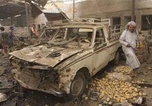 <p>Abitanti sul luogo di un attentato a Baghdad, il 6 maggio 2009. REUTERS/Ahmed Malik</p>