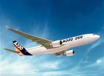 <p>Фотография самолета Airbus A330-200, похожего на тот, что пропал над Атлантикой в понедельник 1 июня 2009 года. Самолеты бразильских ВВС обнаружили некие металлические обломки и пассажирские кресла, предположительно самолета, следовавшего рейсом 447 из Рио-де-Жанейро в Париж и пропавшего над Атлантическим океаном во время шторма в понедельник, сообщили ВВС. REUTERS/HO/Airbus Industries</p>