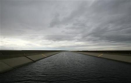 Rain clouds form above the San Luis Canal portion of the California Aqueduct near Firebaugh, California February 5, 2009. REUTERS/Robert Galbraith