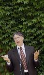 <p>Bill Gates, fondateur de Microsoft, a conseillé mercredi aux autres milliardaires de suivre son exemple et de distribuer largement leur fortune par le biais d'associations charitables ou de fondations. /Photo prise le 26 mai 2009/REUTERS/Sergio Perez</p>
