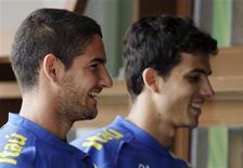 <p>Os atacantes Alexandre Pato (E) e Nilmar participam de treino da seleção brasileira nesta quarta-feira. REUTERS/Sergio Moraes</p>