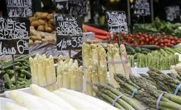 <p>Овощи на прилавках рынка в Вене 23 апреля 2009 года.Более 25 процентов европейских потребителей стали покупать более дешевые продукты из-за экономического кризиса, свидетельствуют результаты опроса исследовательской организации IGD. REUTERS/Leonhard Foeger</p>