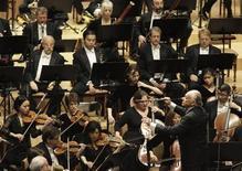 <p>La the New York Philharmonic Orchestra diretta da Lorin Maazel in un concerto a Pyongyang, la capitale della Corea del Nord. REUTERS/David Gray</p>