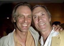 """<p>L'attore Keith Carradine (a sinistra), posa con il fratello David Carradine, nel 25mo anniversario del film """"Nashville"""" a Beverly Hills, California, il 22 giugno 2000. REUTERS/Rose Prouser/Files</p>"""