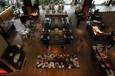 """<p>Vista general del restaurante dentro del hotel Swissotel Nai Lert Park donde el cuerpo del actor David Carradine fue hallado, en Bangkok, 5 jun 2009. Forenses de Tailandia completaron el viernes una autopsia al cadáver del actor David Carradine, un día después de que el protagonista del programa de televisión estadounidense """"Kung Fu"""" fue hallado muerto desnudo y colgando en su habitación en un hotel de Bangkok. REUTERS/Sukree Sukplang</p>"""