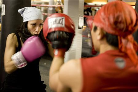 White collar boxers learn to roll with the punches - Reuters